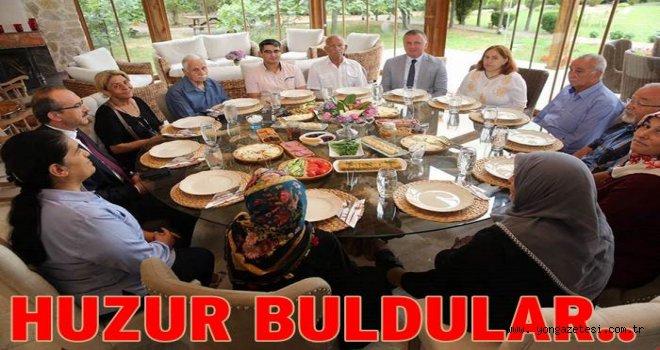 Vali ile eşi Huzur evi sakinlerini misafir etti..