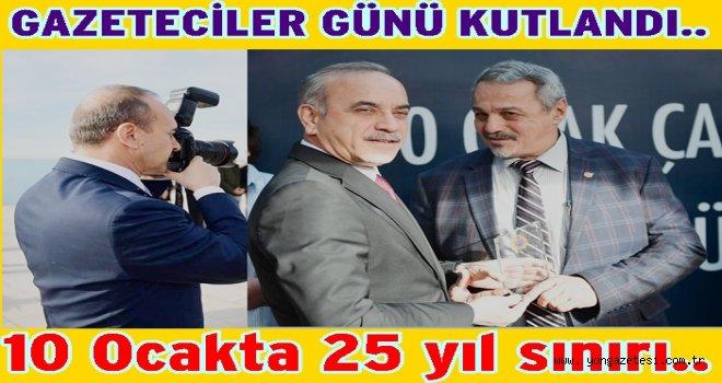 Vali Yavuz, gazetecilere plaket takdim etti..