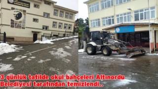 Belediye Okul Bahçelerini kardan temizlendi..