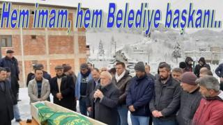 Belediye başkanı Cenaze namazı kıldırıyor..