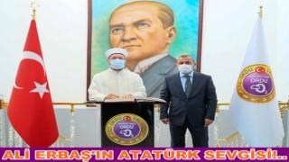 Atatürk'ün resmi önünde fotoğraf çektirdi…