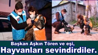 BAŞKAN VE EŞİNDEN HAYVAN SEVGİSİ..